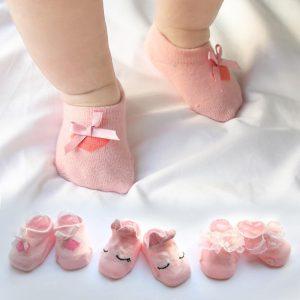 جوراب پوشیدن نوزادان-شرکت تولیدی کفش شهپر - تولیدکننده انواع کفش چرمی