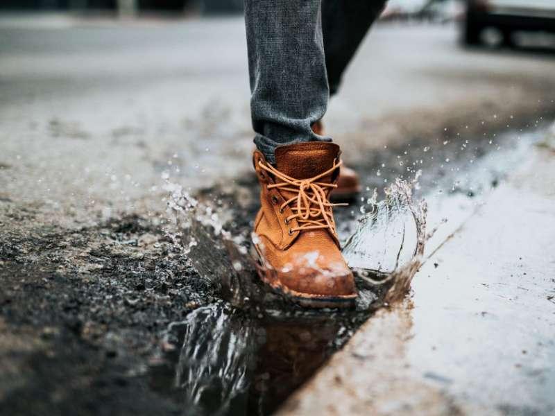 پوشیدن کفش چرمی زیر باران - تولیدی کفش شهپر